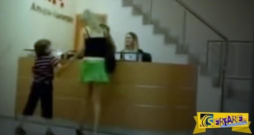 Κακομαθημένο παιδί κατεβάζει την φούστα της μητέρας του σε δημόσιο χώρο!