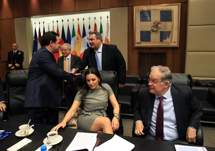Το απρόσμενο σταυροπόδι της Όλγας Κεφαλογιάννη στο υπουργείο Άμυνας που τρέλανε τα φλας!
