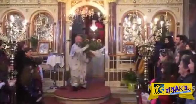 Ο παπάς στη Χίο ξαναχτύπησε! Η πρώτη Ανάσταση που έχει γίνει viral και πρέπει να δεις!