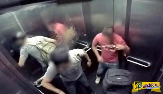 Κι όμως τον έπιασε κόψιμο μέσα στο ασανσέρ!