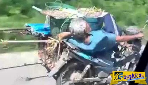 Αν είναι δυνατόν! Ηλικιωμένος οδηγεί με το ένα χέρι και …κοιμάται!