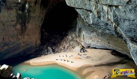 Μια μαγευτική παραλία μέσα σε ένα γιγάντιο σπήλαιο!