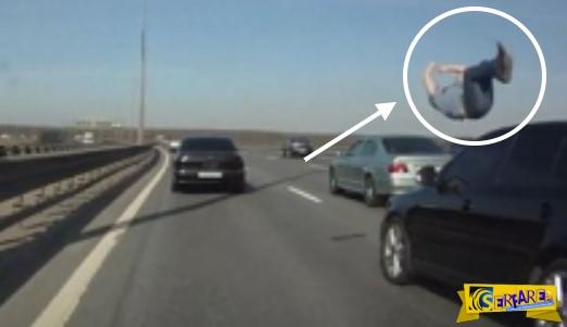 Σόκ: Διερχόμενο όχημα «πέταξε» στον αέρα πεζό!