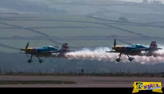 Eκπληκτικό κόλπο που κόβει την ανάσα - Δύο αεροπλάνα πετούν μέσα από ένα υπόστεγο...