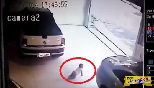 ΒΙΝΤΕΟ ΣΟΚ: Η απροσεξία της στιγμής σκοτώνει - Τι θα συμβεί με το μωρό όταν κάνει όπισθεν το αυτοκίνητο;