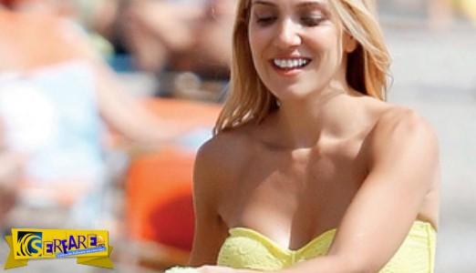 Φωτιά η Παπαβασιλείου στην παραλία με ένα σούπερ τοσοδούλι μίνι, διάφανο κίτρινο μπικίνι…