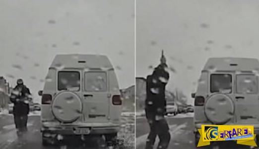 Δείτε τι έκανε αυτός ο έμπορος όταν το σταμάτησε η αστυνομία για να ξεφορτωθεί τα ναρκωτικά!