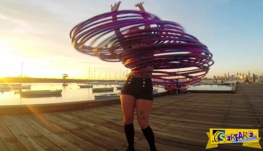 Απίστευτη! Κάνει γυμναστική στροβιλίζοντας 30 hula hoop ταυτόχρονα!