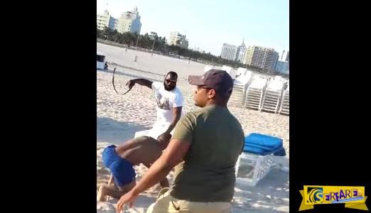 AΓΡΙΟΣ τσακωμός σε παραλία! Άντρας ΜΑΣΤΙΓΩΝΕ κόσμο!
