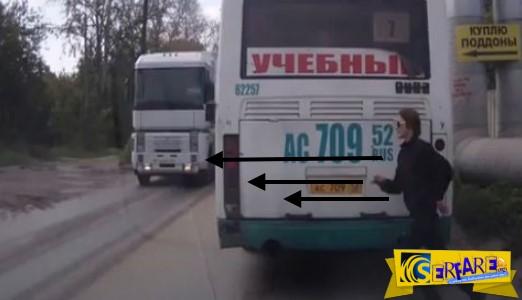 Απίστευτα τυχερός επιβάτης λεωφορείου προσπαθεί να διασχίσει απρόσεχτα και βιαστικά το δρόμο.