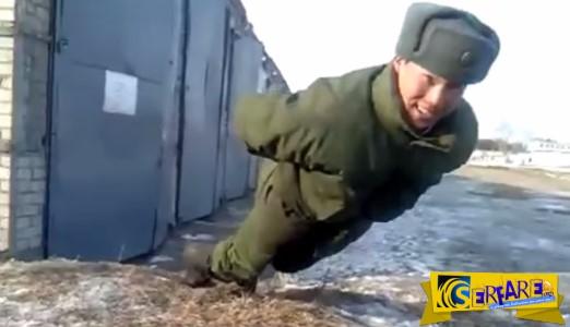 ΑΠΙΣΤΕΥΤΟ video! Φαντάρος κάνει κάμψεις ΧΩΡΙΣ χέρια!