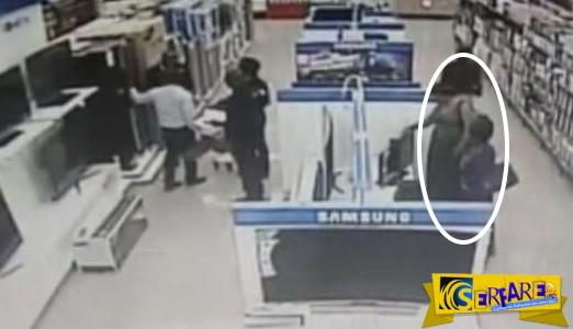 Γυναίκα κλέβει τηλεόραση. Πού την έκρυψε; Παρακολουθήστε τη γυναίκα με το πράσινο φόρεμα!
