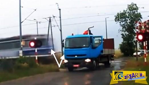 Τρομακτικό! Τρένο διέλυσε φορτηγό που έμεινε πάνω στις ράγες!