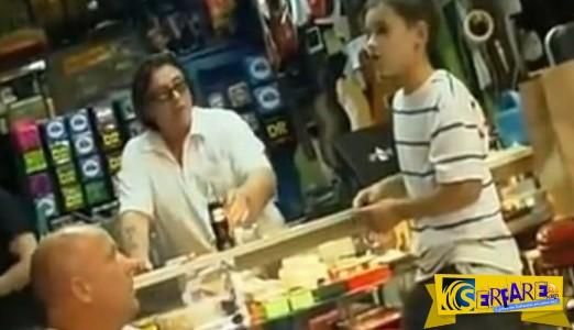 Ένα μικρό αγόρι μπαίνει σε ένα κατάστημα, αρχίζει να τραγουδά και σοκάρει τους πάντες!