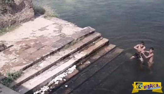 Δύο αγόpια έπαιζαν σε μια λίμνη, όταν ξαφνικά πέρασε τρέχοντας από την προβλήτα… Ανατριχιάσαμε!