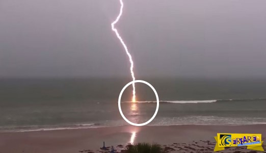 Η στιγμή που μια αστραπή χτυπά τη θάλασσα σε ένα βίντεο με αργή κίνηση!