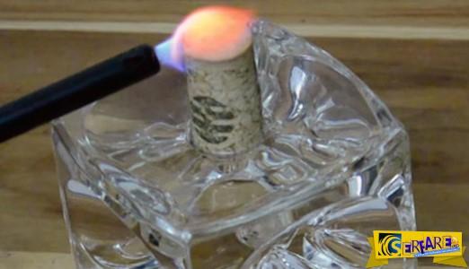 Το να βάλεις φωτιά σε φελλό δεν ακούγεται και πολύ καλή ιδέα, μέχρι να δείτε αυτό!