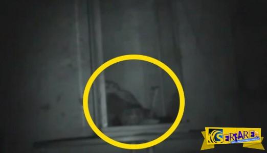 Ανατριχίλα: Η κούκλα του «σατανά» που προσπάθησε να πνίξει το αφεντικό της, κινείται μπροστά στο φακό της κάμερας