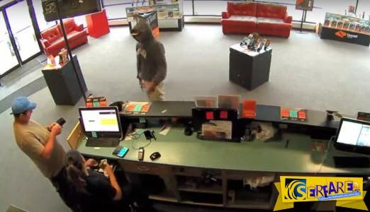 Δείτε αυτόν τον ληστή να κλέβει τα χρήματα ενός μαγαζιού αλλά να αρνείται να πάρει τα λεφτά ενός πελάτη!
