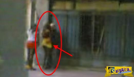 Ελληνάρας παππούς - Ασυγκράτητος χουφτώνει Νιγηριανή στην Αθήνα! Πάρτε μάτι ...