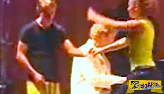 Ο πιανίστας φωνάζει ένα ζευγάρι χορευτών στη σκηνή. Δείτε τι κάνει ο άντρας με το κίτρινο παντελόνι!