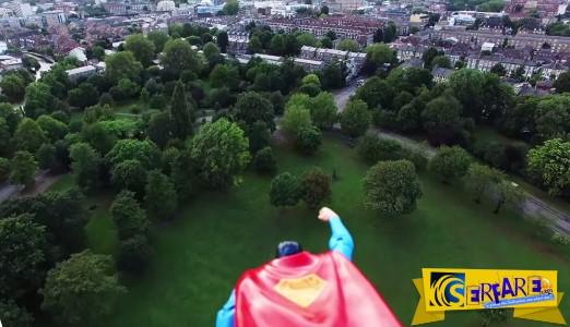 Κάπως… έτσι βλέπει τον κόσμο ο σούπερμαν. Έδεσαν ένα παιχνίδι σούπερμαν πάνω σε μια ιπτάμενη κάμερα!