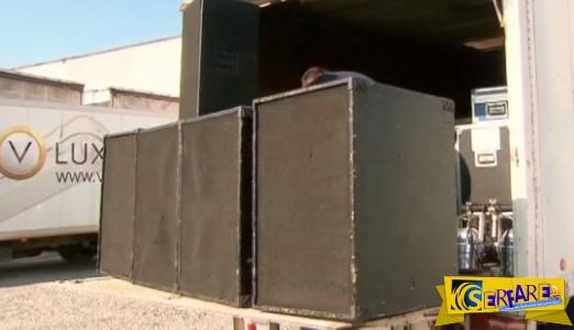 Ένας δήμαρχος εγκαθιστά 14.400 watt σύστημα ήχου για να τρομάξει τους ταξιδιώτες!