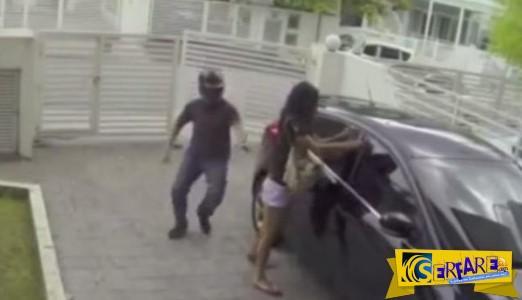 Δύο αλήτες προσπάθησαν να της κλέψουν την τσάντα, αλλά δε «ζύγισαν» καλά το θύμα τους!