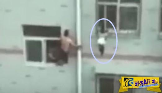 Δραματική διάσωση κοριτσιού που κρέμεται από τον 4ο όροφο με τη βοήθεια… σφουγγαρίστρας!