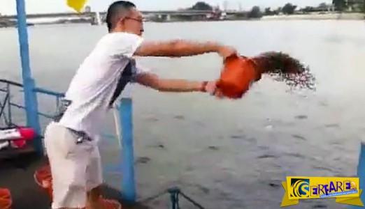 Αυτός ο άνδρας πετά έναν κουβά με φαγητό στο νερό. Λίγο αργότερα; Μια φρενίτιδα φαγητού που δεν έχετε ξαναδεί!