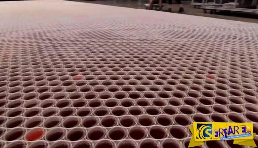 Το μεγαλύτερο μωσαϊκό του κόσμου φτιαγμένο από 66.000 ποτηριά και νερό της βροχής