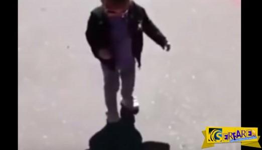 Aυτό το παιδάκι φοβάται την σκιά του!