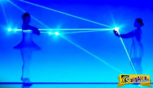 Το τραγούδι ξεκίνησε και οι χορευτές πήραν τις θέσεις τους. Όταν όμως άναψαν τα φώτα… Απίστευτο!