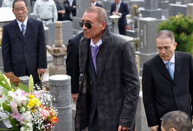 Ο 6ος kumicho (Αρχηγός) στον τάφο του προκατόχου του.