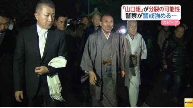 Shinobu Tsukasa,είναι το ψευδώνυμο του αρχηγού: εδώ επισκέπτεται ναό με παραδοσιακή ενδυμασία, για να προσδώσει κύρος στη δημόσια εικόνα του.