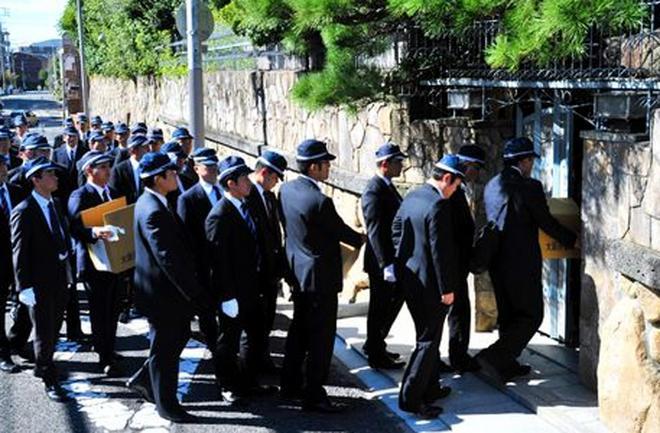 Αυτή είναι μία έφοδος a la ... japonais της αστυνομίας στα κεντρικά της οργάνωσης!