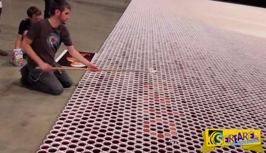 Καλλιτέχνης δημιουργεί εντυπωσιακό έργο με 66.000 ποτήρια νερό