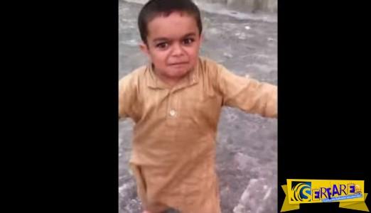 ΘΕΟΥΛΗΣ ο μικρός! Χορεύει καγκέλια και τα σπάει…