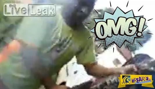 Έκανε τον μάγκα με τον κροκόδειλο στα χέρια... έλα όμως που τον άρπαξε στο πρόσωπο!