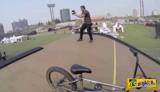 Δεν μπορείτε να φανταστείτε τι έκανε αυτός ο ανεπανάληπτος ποδηλάτης!