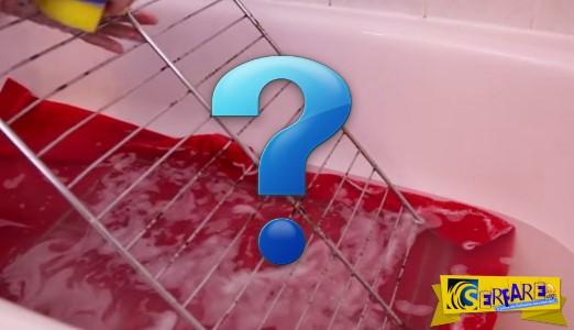 Πετάει τη βρώμικη σχάρα του φούρνου στη μπανιέρα - Γιατί; Πανέξυπνο...