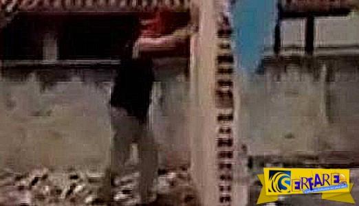 Εργάτης προσπαθεί να ρίξει τοίχο με τα χέρια του... και πέφτει άλλος και τον πλακώνει!