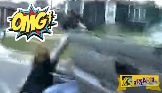 Ανοίγει την πόρτα για να τρολάρει ποδηλάτη και ... τον μαζεύει αυτοκίνητο!