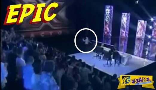 Το βίντεο τα σπάει! Έπεσε από την σκηνή του X-Factor καθώς τραγουδούσε!