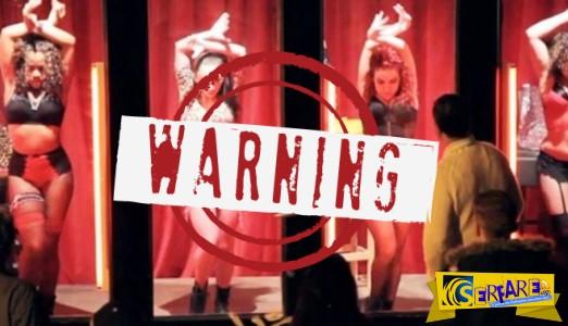 Ζωντανές κούκλες χορεύουν στις βιτρίνες του Άμστερνταμ στο τέλος όμως της παράστασης παγώνουν τα γέλια των ανδρών.