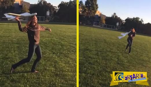 Ξεκαρδιστικό βίντεο: Πέταξε ένα αεροπλανάκι στον ουρανό και αυτό «καρφώθηκε» στο πρόσωπο της!