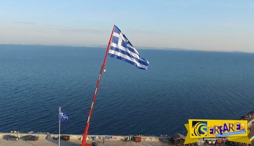 H συγκινητική έπαρση της γιγαντιαίας σημαίας στο Λιμάνι της Χίου!