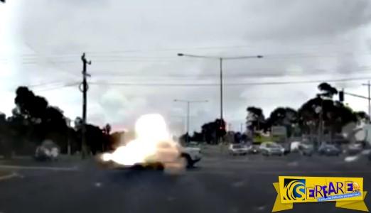 Κεραυνός χτυπάει εν κινήσει αυτοκίνητο - Προσοχή! Χαμηλώστε τα ηχεία