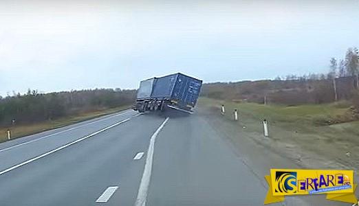 Απίστευτο βίντεο - Οδηγός φορτηγού χάνει τον έλεγχο του οχήματος σε εθνική οδό