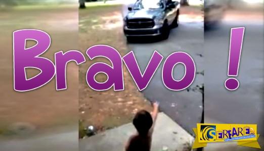 Σταμάτησε το αυτοκίνητο, όταν ο γιος του βγήκε στο δρόμο με την πάνα για να του πει «σ' αγαπώ»!